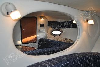 Зеркало в кают-компании катера Кроунлайн-255