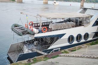 Кормовая часть моторной яхты Романтик