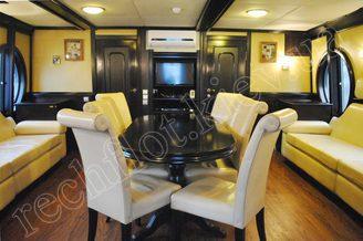 В салоне первой палубе моторной яхты Романтик