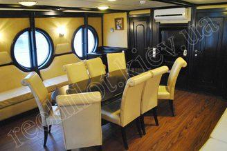 В салоне моторной яхты Романтик