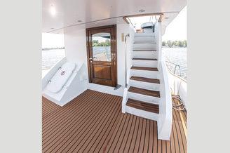 Вход на флайбриджную палубу моторной яхты Одиссея