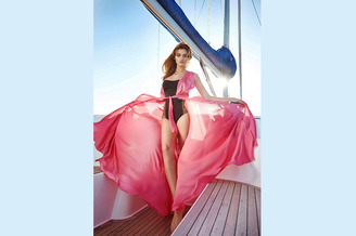 Гостья в кокпите парусной яхты HANSE-320 Sorry