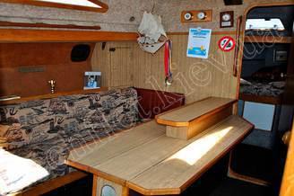 Стол в кают-компании парусной яхты Лана