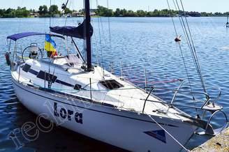 Парусная яхта Лора у причала
