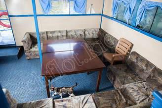 Стол в салоне теплохода Пати-Бот