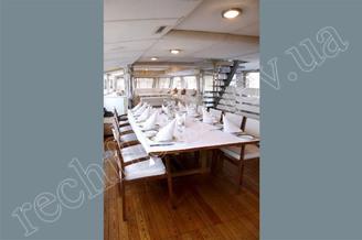 Банкетный стол на первой палубе теплохода Виктория