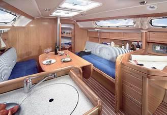 Кают-компания парусной яхты Бавария-33 Александер, фото 2