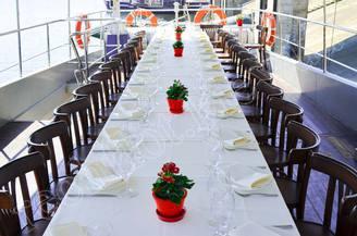 Банкетный стол на второй палубе моторной яхты Романтик