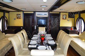 Банкетный стол на первой палубе моторной яхты Романтик