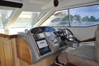 Капитанское место в носу салона моторной яхты Голубой Океан