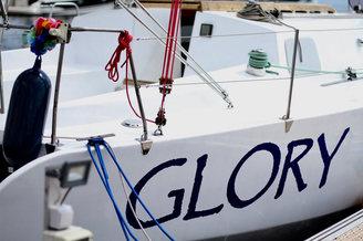 Надпись на борту парусной яхты Глория