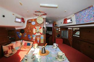 Банкетный стол в кают-компании парусной яхты Благодать