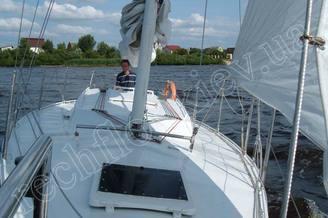 Шкипер у штурвала парусной яхты Алина