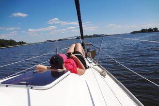Отдых на носу парусной яхты