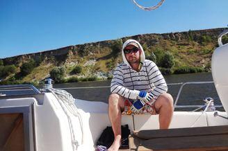 Капитан парусной яхты в турпоходе