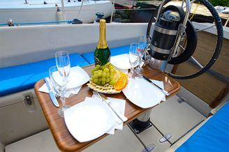 Банкетный столик в кокпите парусной яхты Нико