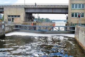 Наполнение воды в шлюзе для выхода на Киевское водохранилище