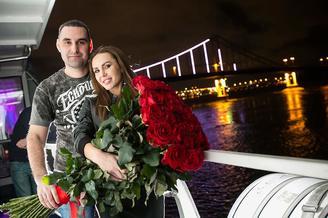 Влюбленная пара на лайнере De Luxe