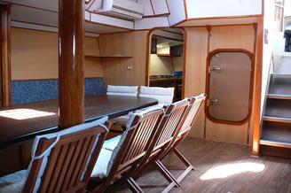 Вход в кают-компанию парусной яхты Данапр