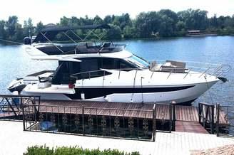 Моторная яхта Галеон у причала