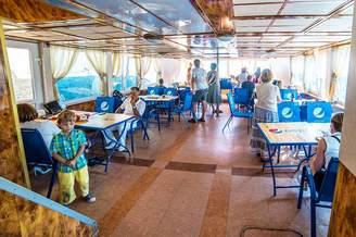 Гости в салоне первой палубы теплохода