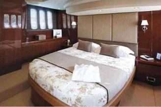 2-ух спальная кровать каюты №1 моторной яхты Принцесс-54