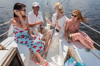 Отдых гостей в кокпите парусной яхты Арвен