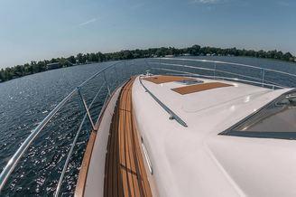 Носовая часть моторной яхты Одиссея