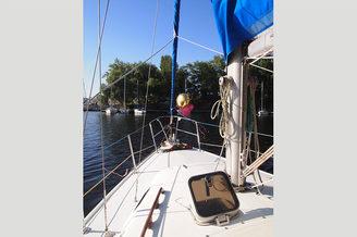 Красивый вид с носовой части парусной яхты Каталина