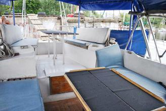 Места для сидения на кокпите парусной яхты Яна