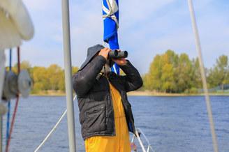 Капитан на помосте парусной яхты Благодать
