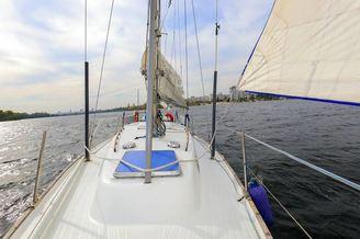 Вид с носовой части парусной яхты Благодать