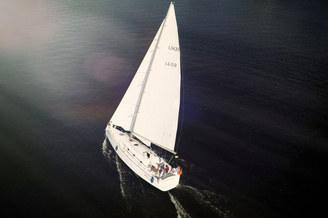 Вид с высоты на парусную яхту Пилар