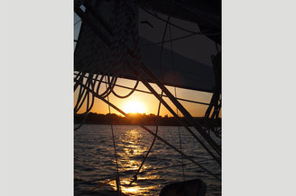 Красивый закат на парусной яхте Каталина
