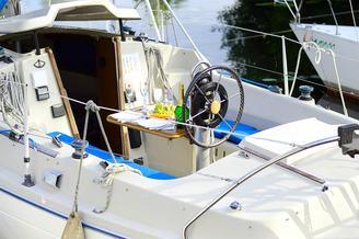 Штурвал с местами для гостей парусной яхты Нико V.I.P.