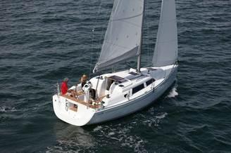 Парусная яхта Хантер-326 под парусом