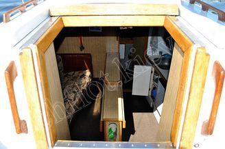 Вход в кают-компанию парусной яхты Лана