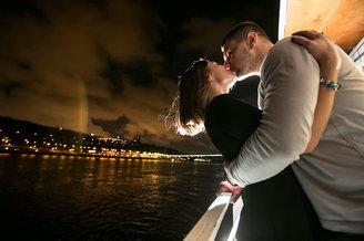 Нежный поцелуй влюбленных на лайнере De Luxe