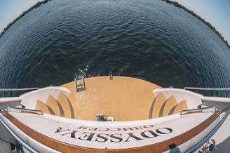 Вид кормовой части моторной яхты Одиссея