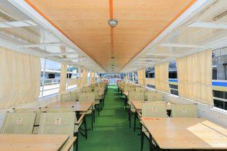 Места для гостей на летней террасе второй палубы теплохода