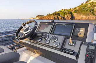 Капитанское место моторной яхты Галеон