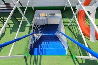 Лестница для спуска на нижнюю палубу теплохода Яков Задорожный