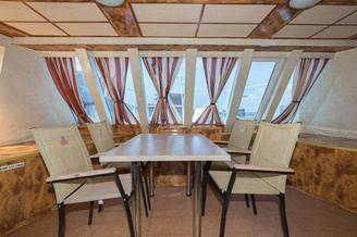 Интерьер носовой части салона на первой палубе теплохода Яков Задорожный