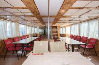 Мебель в носовом салоне на первой палубе теплохода Яков Задорожный